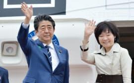米国へ出発する安倍首相と昭恵夫人(17日午後、羽田空港)