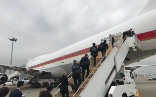 羽田空港で首相の到着を待つ政府専用機(17日午前)