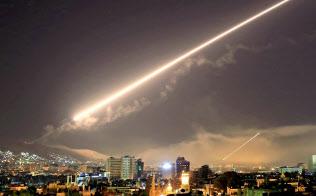 14日、米軍のミサイルが飛ぶダマスカス上空=AP