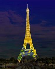 「燕子花図屏風」が投影されたエッフェル塔のイメージ=共同