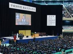 約3100人の新入生が出席した東京大の入学式(12日、東京都千代田区)