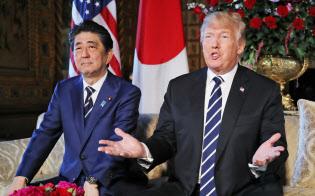 トランプ米大統領と安倍首相は北朝鮮に強固な日米同盟を示す狙い(4月17日、米フロリダ州パームビーチでの会談)=小高顕撮影