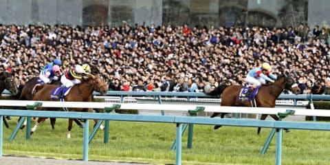 桜花賞はロードカナロア産駒のアーモンドアイ(右端)とオルフェーヴル産駒のラッキーライラック(右から2頭目)が1、2着を占めた(8日、阪神競馬場)=共同