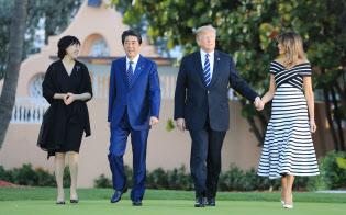 夕食会を前にトランプ米大統領の別荘「マール・ア・ラーゴ」を散策する(左から)昭恵夫人、安倍首相、トランプ米大統領、メラニア夫人(17日午後、米フロリダ州パームビーチ)=小高顕撮影