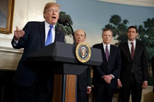 トランプ氏は安倍首相の表情に言及し、日本への不信感をあらわにした(3月22日、ホワイトハウス)=AP