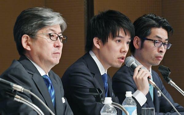 記者会見する(左から)マネックスグループの松本大社長、コインチェックの和田晃一良前社長ら(6日午後、東京都港区)