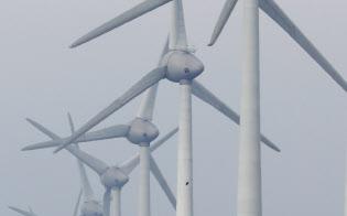 海岸線沿いの牧草地に立ち並ぶ独イノジー社の風力発電機(オランダ中部のウルク)=沢井慎也撮影