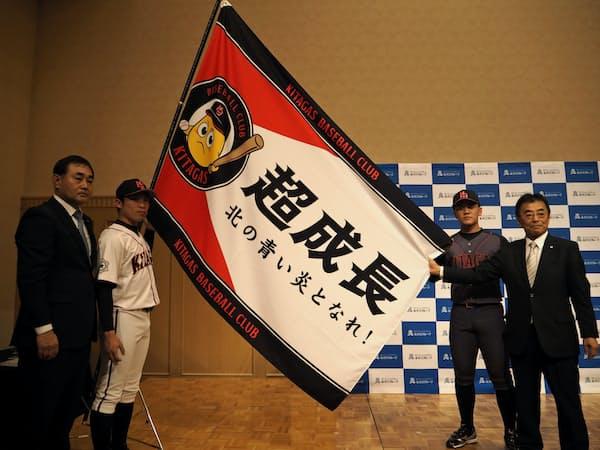 硬式野球部の創部を発表する北海道ガスの大槻社長(右端)=18日、札幌市