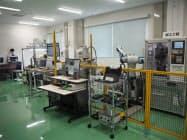 模擬スマート工場では実証実験などを通じて企業にIoT化を促す(18日、茨城県茨城町)