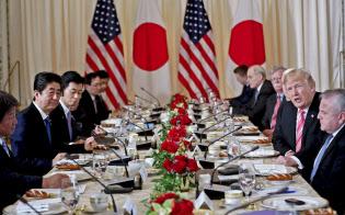 首脳会談を前にワーキングランチに臨む安倍首相とトランプ大統領=AP