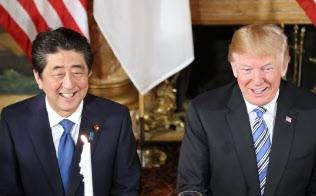 安倍首相とトランプ米大統領の首脳会談はすでに6回、電話協議は20回に及ぶ(18日午後、米フロリダ州パームビーチ)=小高顕撮影