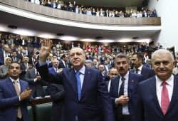 トルコのエルドアン大統領(中)は国政選挙の前倒しで大統領権限の強化を狙う=AP