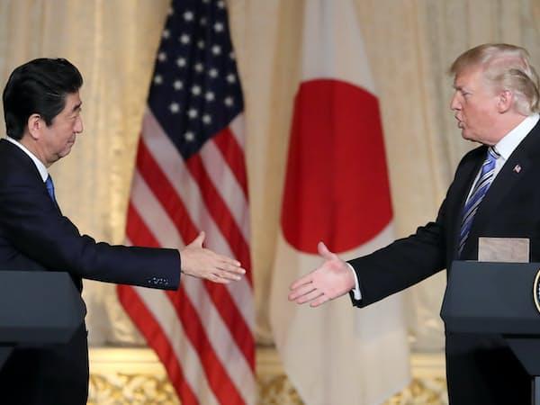 共同記者会見で握手する安倍首相とトランプ米大統領(18日午後、米フロリダ州パームビーチ)=小高顕撮影