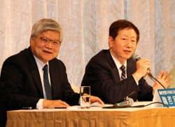 TSMCは劉徳音氏(右)が張忠謀氏の後任の董事長、魏哲家氏(左)が新設の総裁CEOに就任する(19日、台北市内)