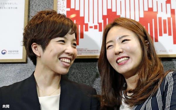 トークショーを終え、取材に応じるスピードスケート女子の小平奈緒(左)と李相花両選手(19日午後、東京都新宿区)=共同