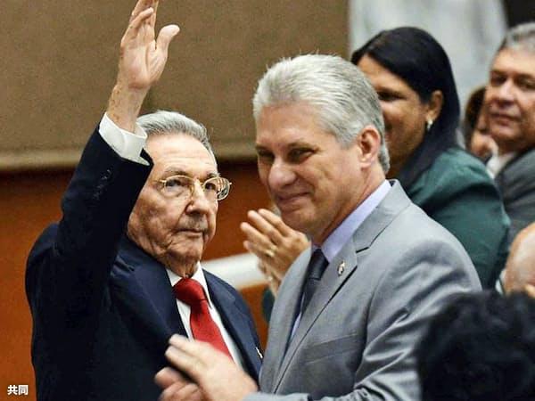 キューバの新たな国家評議会議長に選出されたディアスカネル氏(右)とラウル・カストロ氏。19日、キューバ人民権力全国会議のフェイスブックに掲載された画像