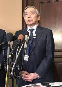 G20開幕を前に記者会見する日銀の黒田総裁(19日、ワシントン)=共同
