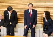 少し照れた様子でふだんは安倍首相が座るソファに腰をおろす菅官房長官(20日午前、首相官邸)
