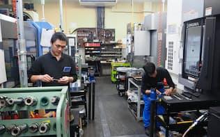 成光精密(大阪市)が開いたガレージミナトの1階は工場で製造上の課題などをすぐに相談できる