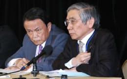 記者会見する麻生財務相(左)と黒田日銀総裁(20日午後、ワシントン)=小高顕撮影