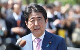 北朝鮮の表明を受け、記者の質問に答える安倍首相(21日午前、東京・新宿御苑)