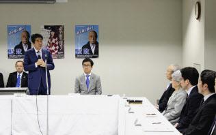 首相は拉致被害者家族と面会し、訪米の報告をした(22日、都内)