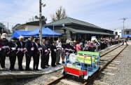 旧増毛駅のリニューアルオープンを祝うセレモニーで、テープカットをする町民ら(22日、北海道増毛町)=共同