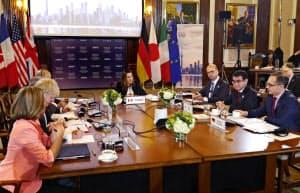 河野外相(右から2人目)が参加したG7外相会合の討議(22日、カナダ・トロント)=代表撮影・共同