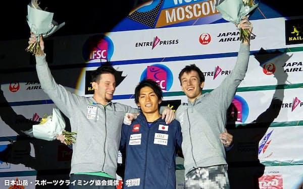 ボルダリング第2戦男子で優勝した楢崎智亜=中央(22日、モスクワ)=日本山岳・スポーツクライミング協会提供・共同