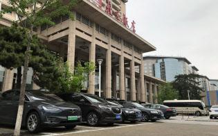 EVなどの新エネルギー車は緑色のナンバーを付けている(北京市内のホテル)