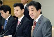 情報保全諮問会議の会合であいさつする安倍首相(23日午前、首相官邸)