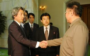 2002年9月17日、金正日氏(故人、右)と平壌で会談した当時の小泉純一郎首相(左)の脇には官房副長官だった安倍晋三首相(写真中央)も控えていた(平壌の百花園迎賓館)=代表撮影