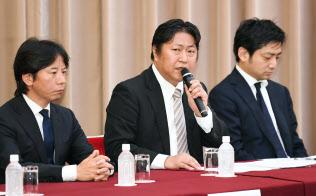 日本仮想通貨交換業協会は不公正取引の防止に乗り出した=4月、記者会見する奥山会長(中)ら
