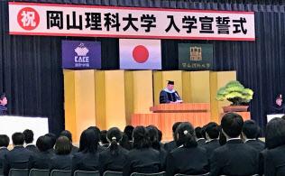 今春、獣医学部を新設したのは加計学園傘下の岡山理科大だ。(3日、入学式であいさつする加計理事長。愛媛県今治市)