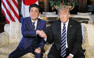 新しい通商協議を創設することで合意した(17日、日米首脳会談で握手する安倍首相とトランプ大統領)