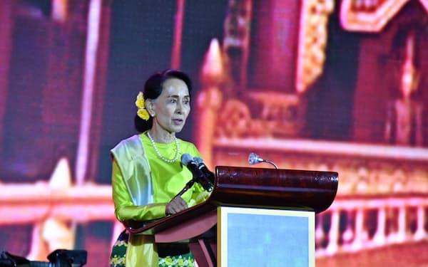 ASEAN首脳会議の関連会議で演説するアウン・サン・スー・チー国家顧問(2017年11月、マニラ)
