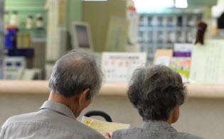 高齢者の窓口負担の引き上げも含め、負担のあり方が検討される