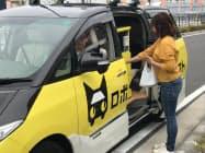 無人運転の実験用車両。利用者自身がスマホで荷物を受け取った(24日午前、神奈川県藤沢市)