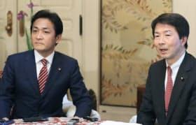 新党名「国民民主党」を発表する民進党の大塚代表(右)と希望の党の玉木代表(24日午後、国会内)