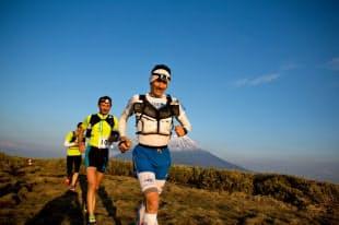 富士山をバックに走る(2013年の第2回UTMF)