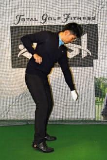 空手の瓦割りのように両腕をだらんと下げ、左足かかとを上げながら右腕を上げ、左足かかとを踏み込んで右腕を下に押し込む