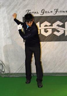 右足を前に踏み出したら左から右に腕を振り上げ、左足を前に踏み出したら右から左に腕を振り上げ、歩きながら腕を振る