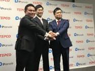 東電EPの田村正常務(右)と握手するPinTの田中将人社長(中)、パネイルの名越達彦社長 (24日、都内の東電本社)