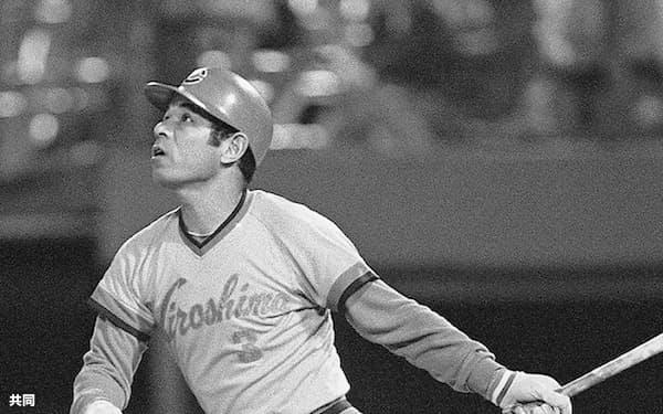 1987年10月、最終出場試合となった大洋戦で通算504本塁打を放つ広島・衣笠祥雄選手(横浜)=共同