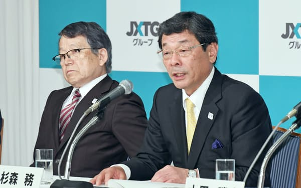 JXTGHDの次期社長に内定し、記者会見するJXTGエネルギーの杉森社長(右)。左はJXTGHDの会長になる内田社長(24日午後、東京都港区)