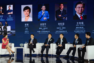 滴滴連合に参加する自動車大手などの経営トップ(24日、北京市)