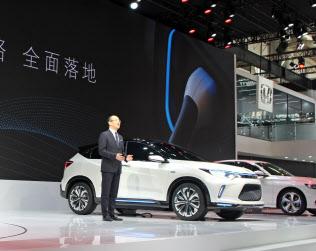ホンダは合弁企業を通じて中国で発売するEVを公開した(25日、北京市内)