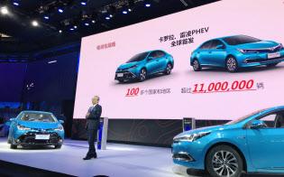 トヨタは現地で生産して19年に発売する「カローラ」「レビン」のPHVを初公開した(25日、北京市)