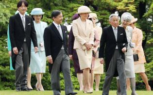 園遊会に出席した天皇、皇后両陛下と皇族方(25日午後、東京・元赤坂)