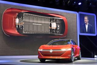日本や欧米系メーカーは、中国でEVなど次世代車を続々先行投入した=AP